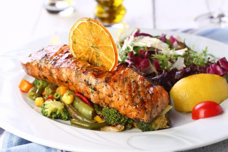 三文鱼用在白色背景的沙拉 免版税库存照片