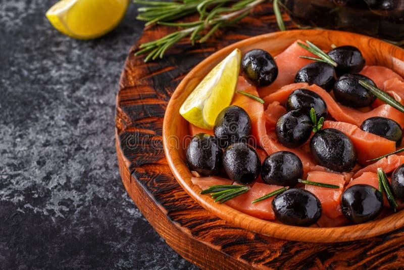 三文鱼用橄榄和石灰在一个木板. 地中海, 五颜六色.