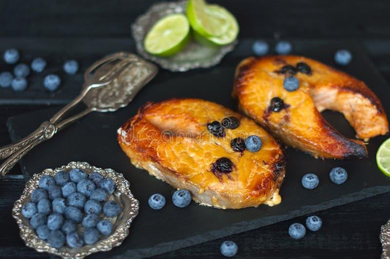 三文鱼用蓝莓和蜂蜜,午餐的可口海鲜 免版税库存图片