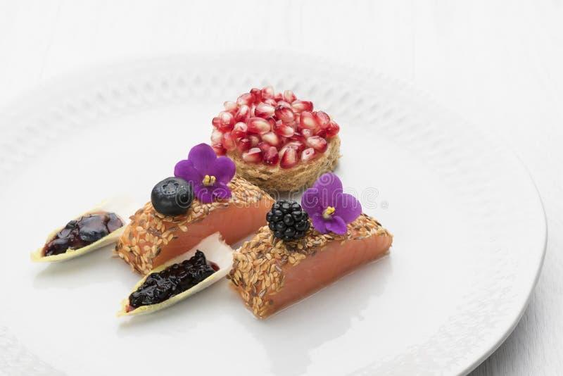 三文鱼盘用莓果和菜和轻的背景 库存照片