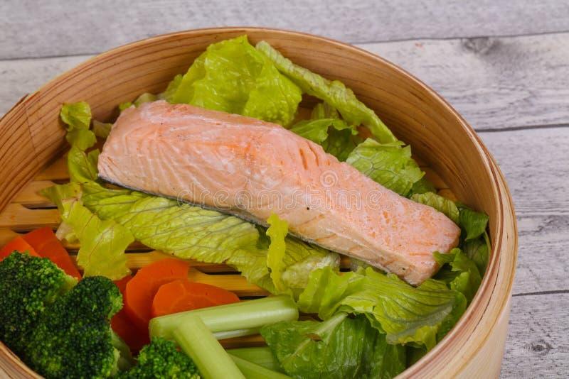 三文鱼蒸了蔬菜 库存图片