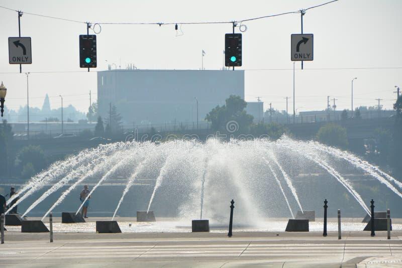 三文鱼街道喷泉和绿色红绿灯在波特兰,俄勒冈 免版税图库摄影