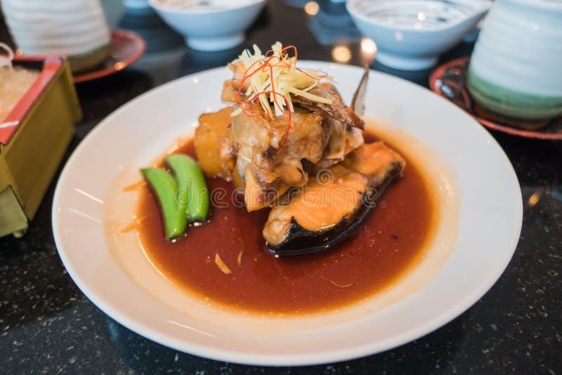 三文鱼通入蒸汽的酱油 日本烹调样式 库存照片