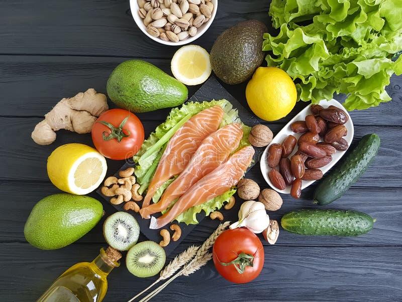 三文鱼鱼,鲕梨有机绿色饮食在被分类的木健康食物 免版税库存照片