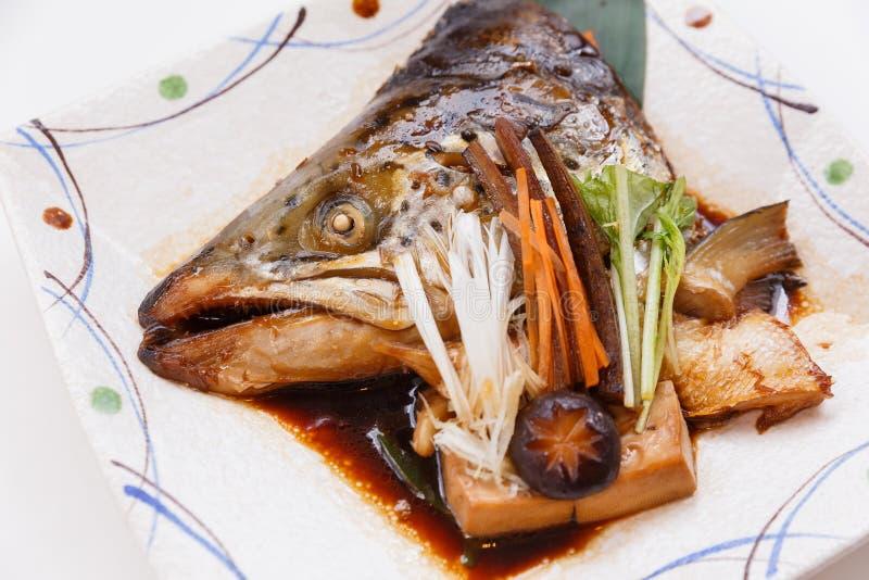 三文鱼Kabutoni是有椎茸、蘑菇、红萝卜和豆腐的三文鱼头Bolied在酱油 库存图片
