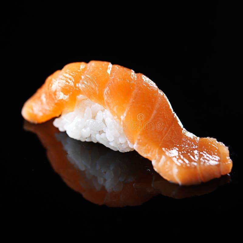 三文鱼nigiri寿司单件在黑背景的 免版税图库摄影