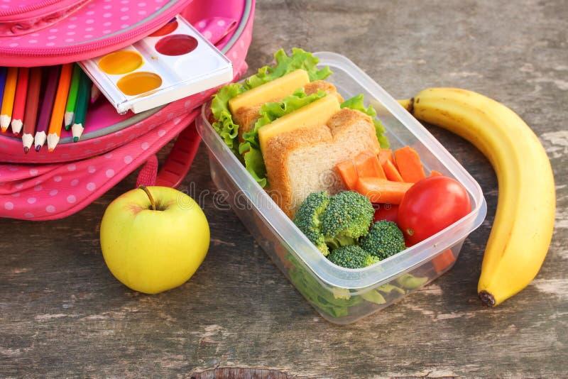 三明治、水果和蔬菜在食物箱子,背包 库存照片