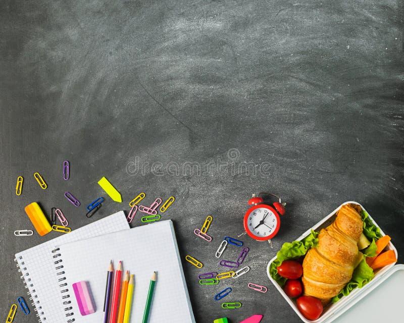 三明治教育供应笔记本写作在粉笔板的色的铅笔夹子 r r 库存图片