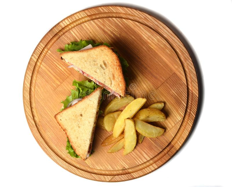 三明治用在白色背景隔绝的一个木板的被烘烤的土豆 Restaurated食物 快餐 免版税图库摄影