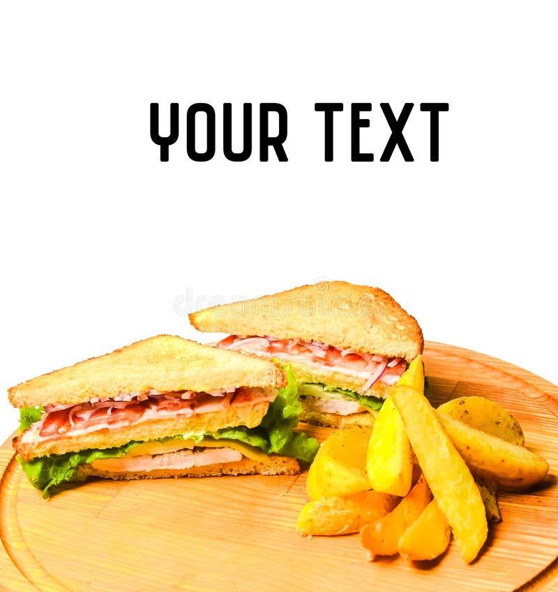 三明治用在白色隔绝的一个木板的被烘烤的土豆 库存照片