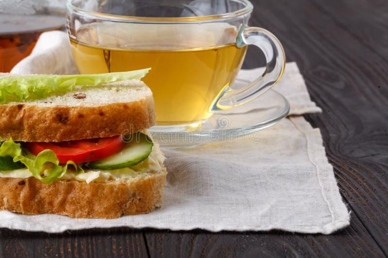 三明治用新鲜面包,用意大利火腿和新鲜的蕃茄, 免版税图库摄影