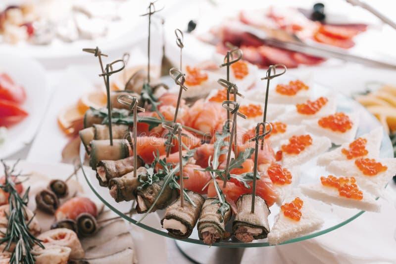 三明治用红色鱼子酱和三文鱼开胃菜在一块白色板材 库存图片