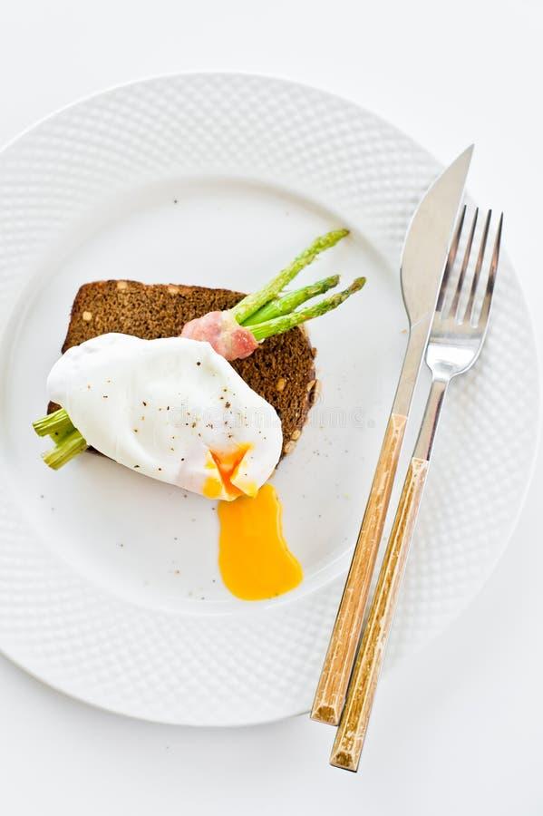 三明治用荷包蛋和被烘烤的芦笋 E 库存图片