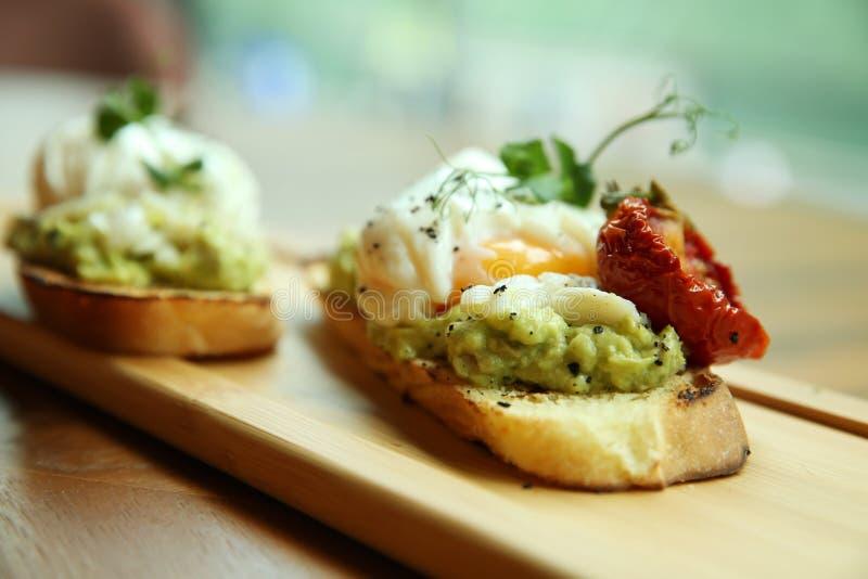 三明治用荷包蛋 美妙地装饰的早餐特写镜头 免版税图库摄影