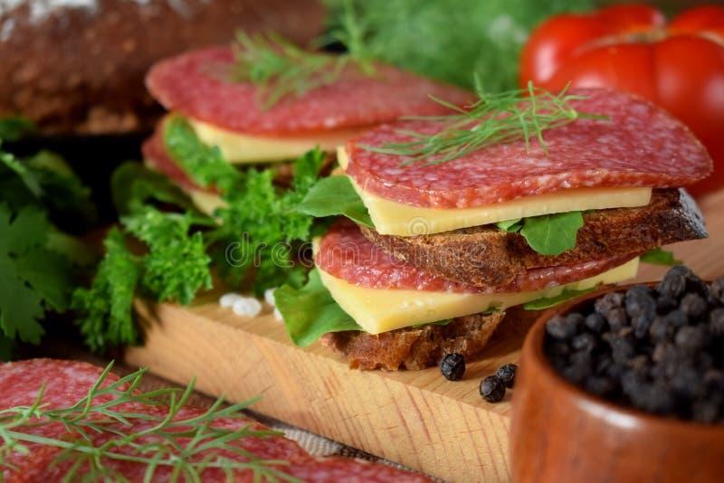 三明治用蒜味咸腊肠、乳酪和芝麻菜 库存照片