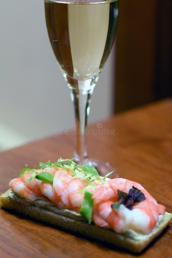 三明治用虾和杯白葡萄酒 免版税库存照片