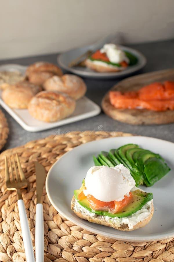 三明治用鲕梨,盐味的三文鱼和荷包蛋 库存图片