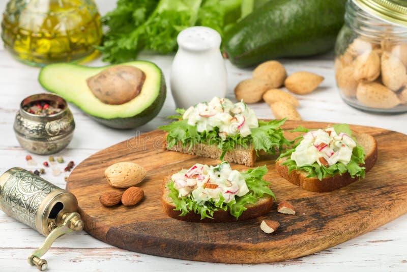 三明治用鸡蛋、萝卜、黄瓜和鲕梨莴苣和沙拉  免版税图库摄影