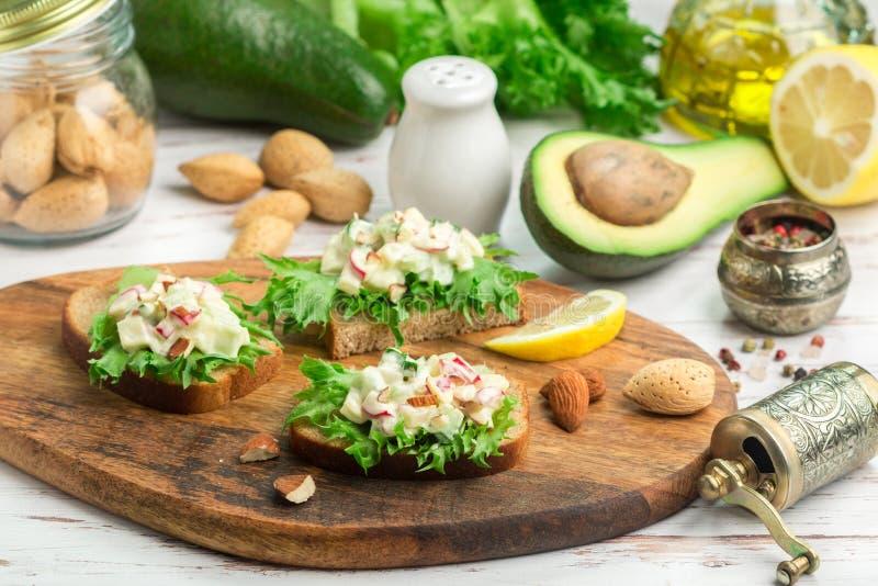 三明治用鸡蛋、萝卜、黄瓜和鲕梨莴苣和沙拉  库存照片