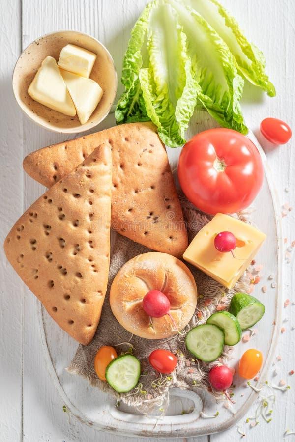 三明治的健康准备在春天早餐 免版税库存图片