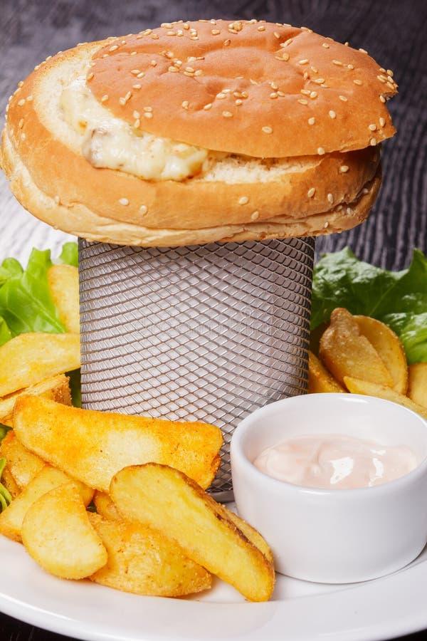 从三明治和油煎的土豆的快餐 免版税库存照片