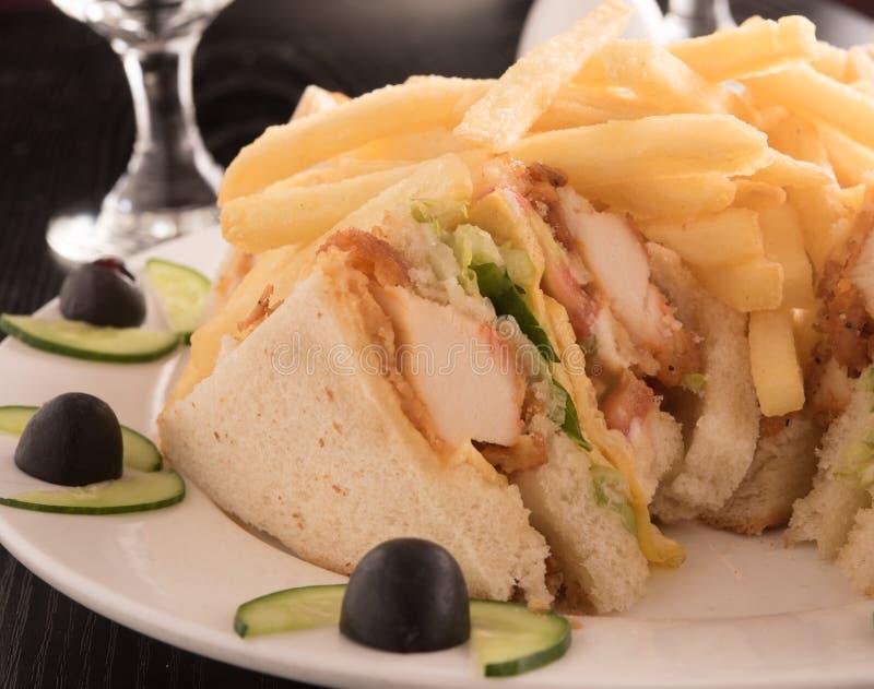三明治和炸薯条在一块白色板材 图库摄影