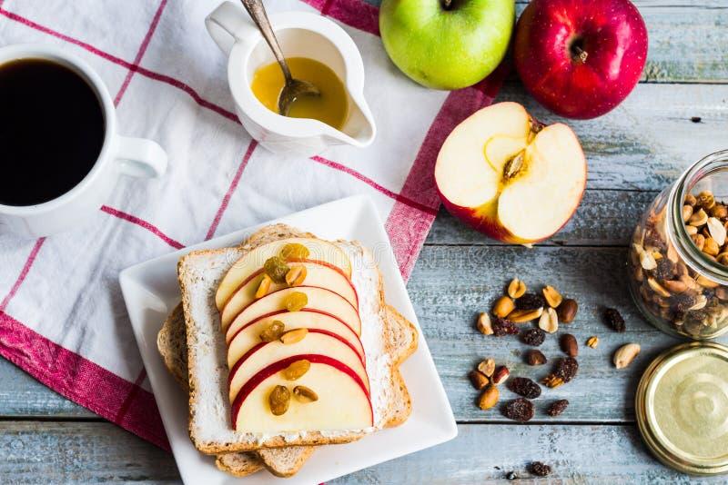 三明治用乳酪、苹果和干果,一杯咖啡 库存照片