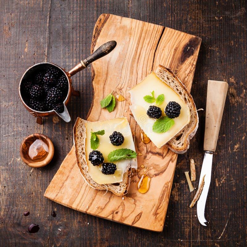 三明治用乳酪和黑莓 库存图片