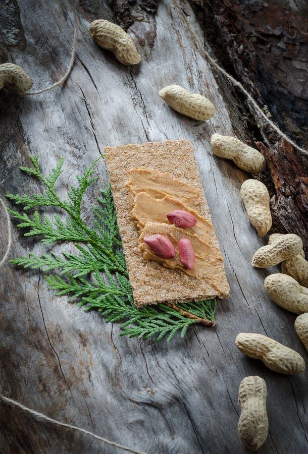 三明治用在老木头背景的花生酱  免版税库存图片