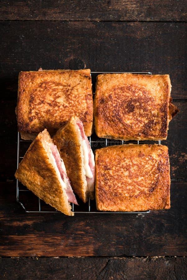 三明治用无盐干酪和熏火腿 免版税库存图片