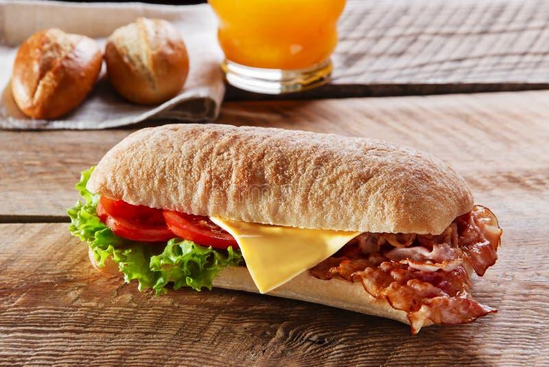 三明治用油煎的烟肉乳酪蕃茄 免版税图库摄影