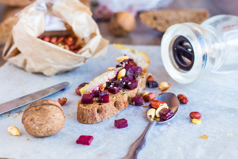 三明治用烤甜菜、坚果、梨和芝麻 免版税库存图片