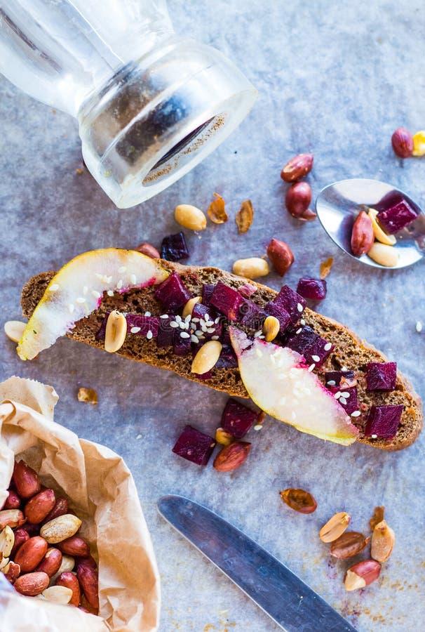 三明治用烤甜菜、坚果、梨和芝麻 免版税库存照片