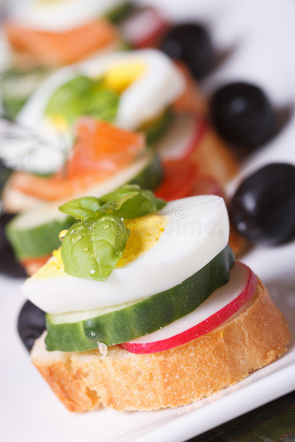 三明治用煮沸的鸡蛋,黄瓜,萝卜宏指令 免版税库存照片