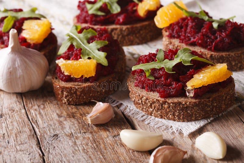 三明治用甜菜、桔子和rucola特写镜头 水平 库存图片