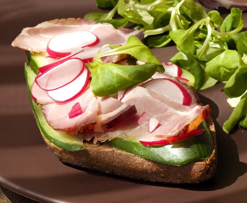 三明治用腌火腿火腿、莴苣、萝卜和黄瓜 库存图片