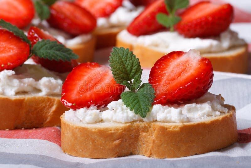 三明治用草莓,乳脂干酪和薄菏 宏指令 免版税库存照片