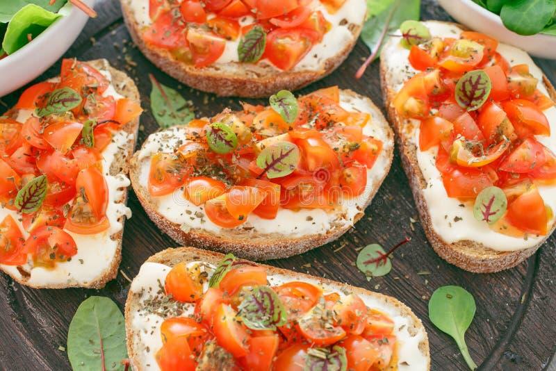 三明治用蕃茄、山羊乳干酪和蓬蒿 免版税库存照片