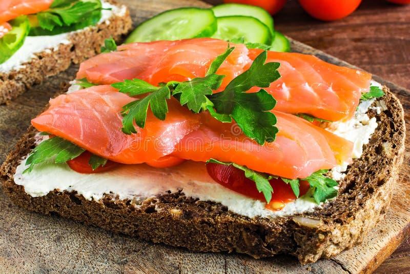 三明治用谷物面包和三文鱼 免版税库存照片