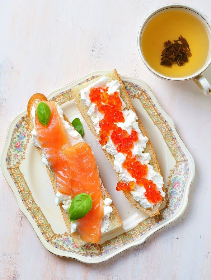 三明治用软干酪和熏制鲑鱼鱼子酱 免版税库存图片