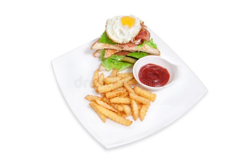 三明治用鸡蛋、油炸物和调味汁 免版税图库摄影