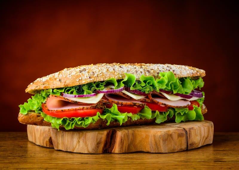 三明治用莴苣蕃茄和肉 免版税库存照片