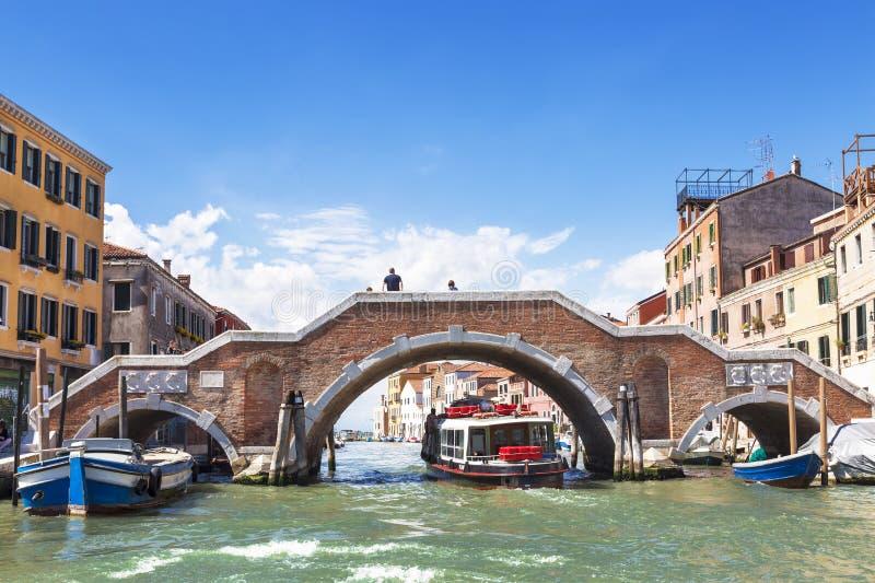 三曲拱桥梁横渡Cannaregio运河,连接威尼斯式盐水湖和大运河,威尼斯 免版税图库摄影