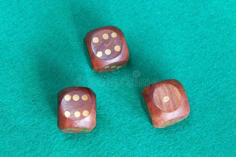三木在绿色台面呢桌上切成小方块 免版税库存图片