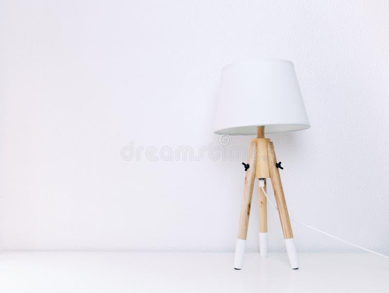 三条木腿的北欧灯在一位白背景最低纲领派 免版税库存图片
