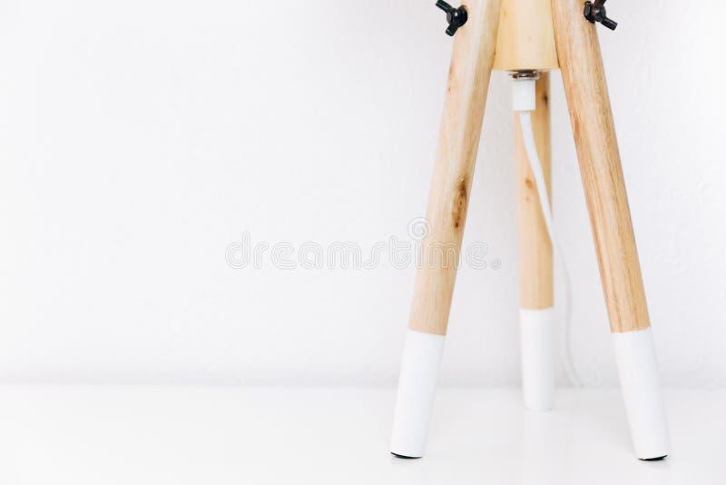 三条木腿的北欧灯在白色背景 免版税图库摄影