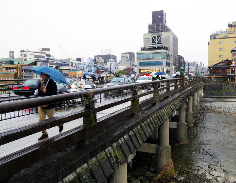 三条桥梁在雨中,京都,日本 免版税库存图片