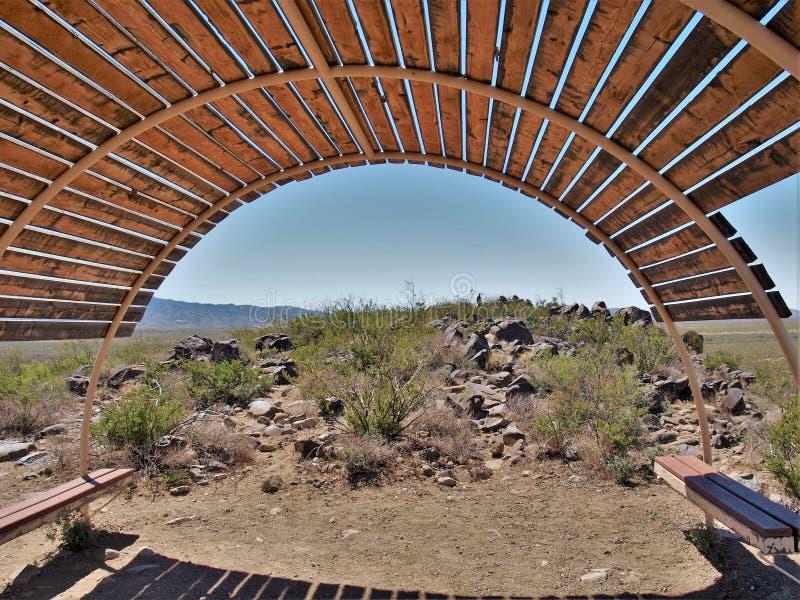 三条河刻在岩石上的文字站点风雨棚 免版税库存照片