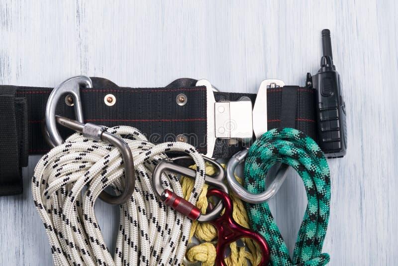 三条绳索在轻的背景的一个传送带概念整洁地垂悬 免版税图库摄影