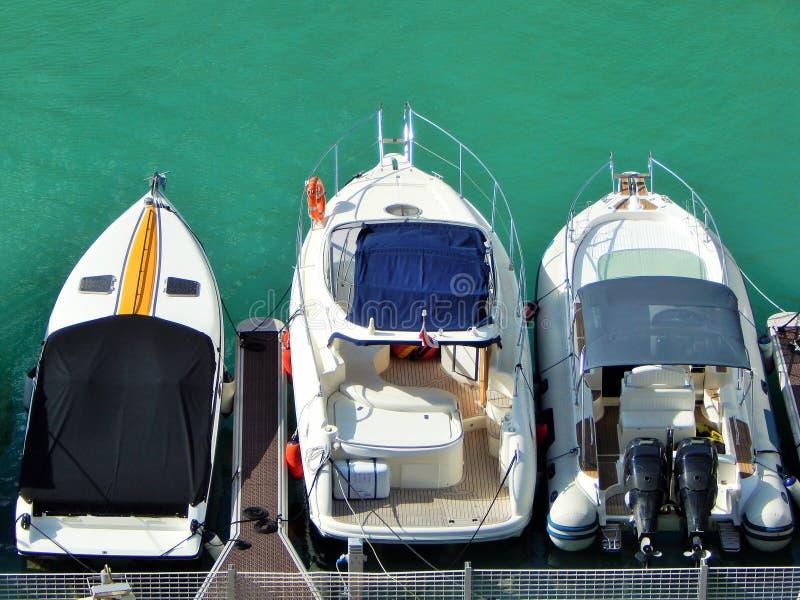 三条豪华小船在小游艇船坞 免版税图库摄影